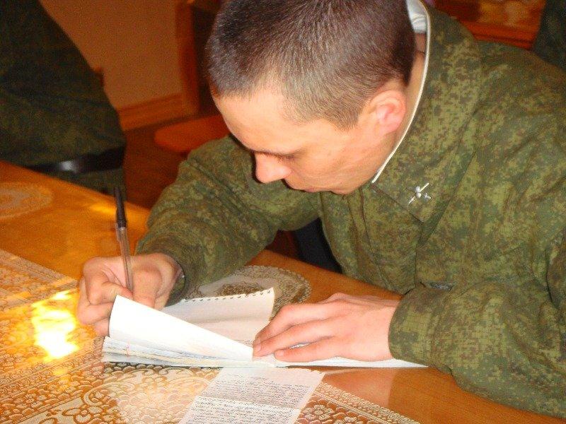 Солдат пишет письмо домой