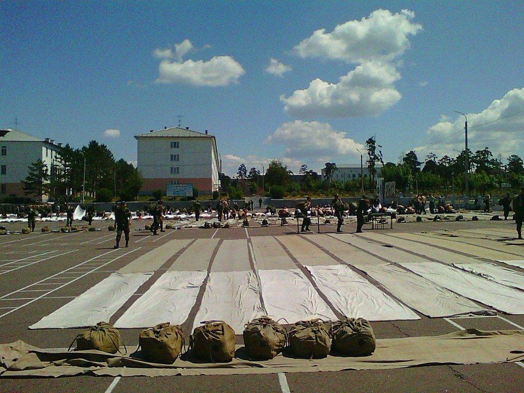 Фото ВЧ 32364. Занятия по укладке парашютов на плацу части