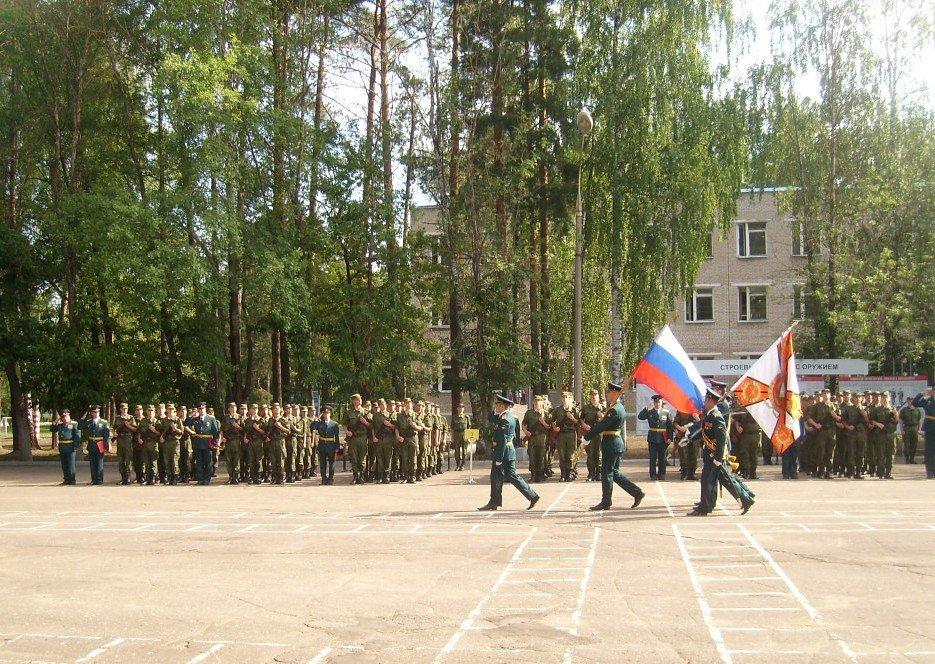 ВЧ 43556. Флаг Российской Федерации и знамя на присяге в УЦ БПРВА