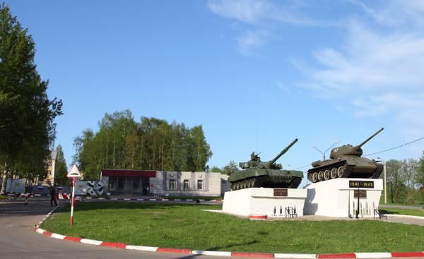ВЧ 71717. Постамент с двумя танками