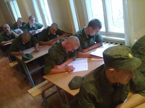 ВЧ 40278. Солдаты части в учебном классе