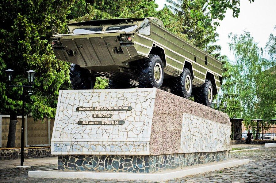ВЧ 20115. Памятник воинам автомобилистам вход в часть