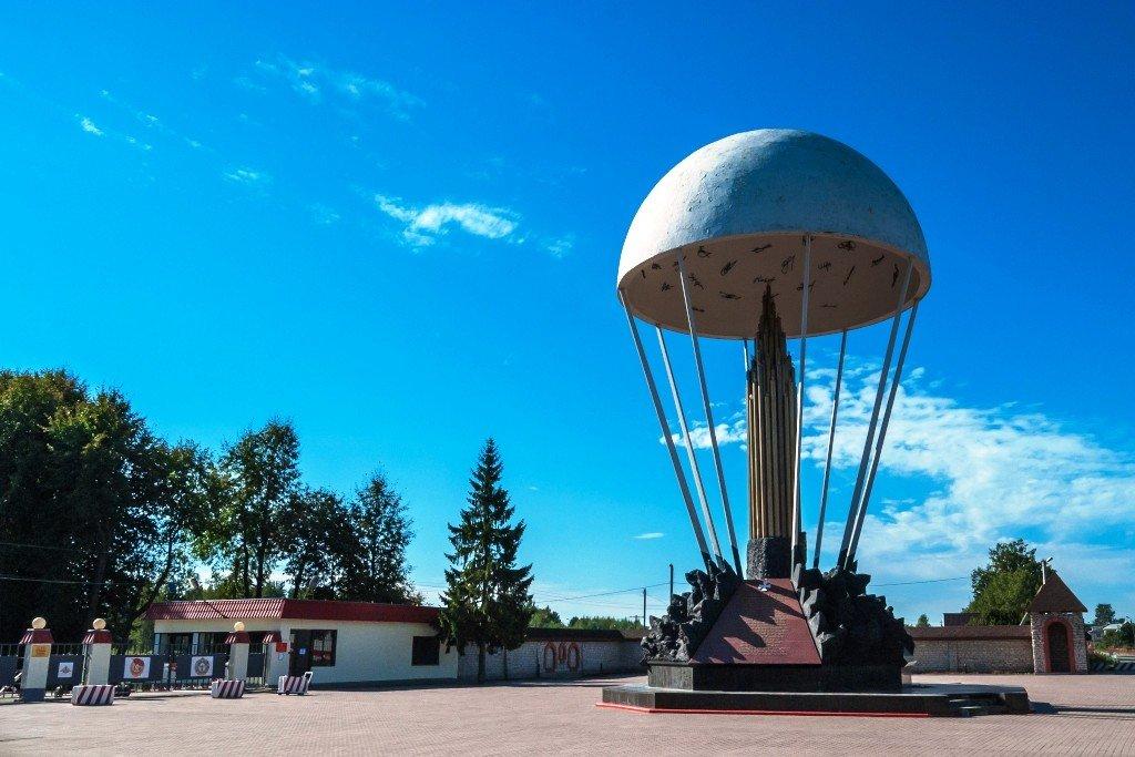 ВЧ 32515. Памятник 6-й роте у КПП воинской части