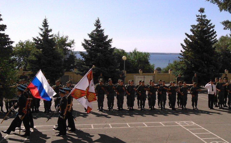 ВЧ 65363. Боевое знамя 28-й ОБрРХБЗ и государственный флаг РФ