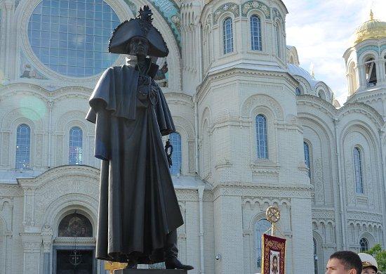 Памятник легендарному российскому флотоводцу адмиралу Федору Ушакову