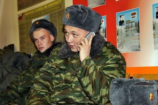 Солдат звонит домой из армии