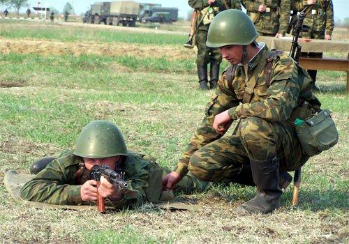 Командир отделения обучает солдата