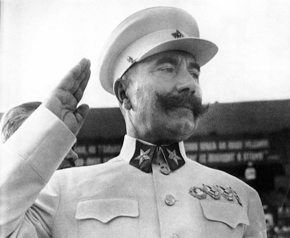 Буденный Семен Михайлович в парадной форме Маршала Советского Союза выполняющий воинское приветствие