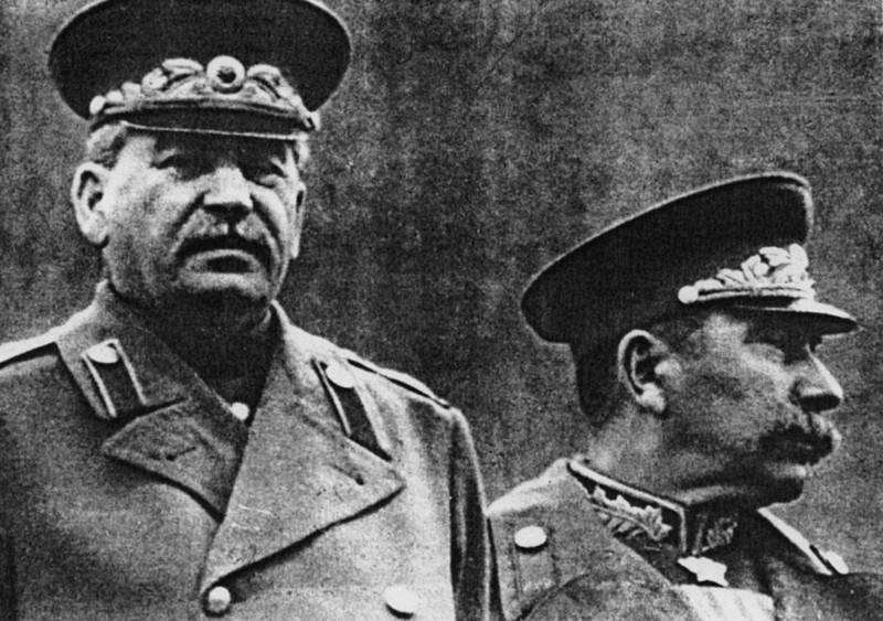 Сталин с Буденным на параде
