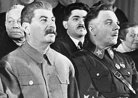 Ворошилов и Сталин на партийном собрании