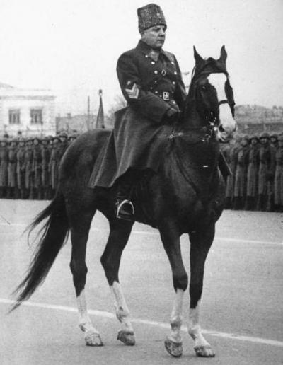 К.Е. Ворошилов верхом на коне
