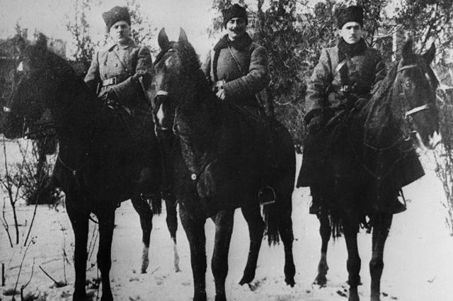 Ворошилов и Будённый верхом на лошадях в годы гражданской войны