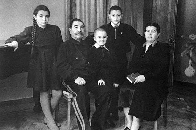 Будённый с третьей женой Марией и детьми