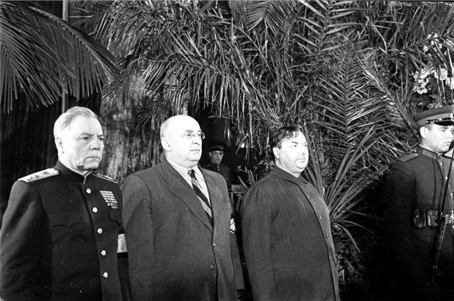 В почетном карауле Ворошилов, Берия и Маленков, 1953 год