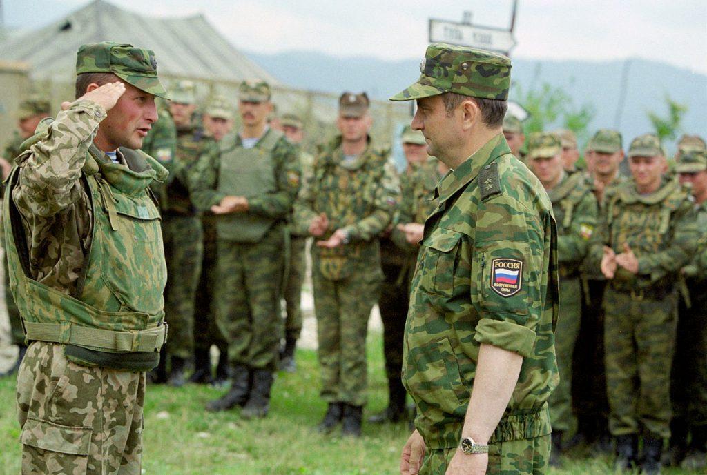 Военнослужащий отдает честь старшему военноначальнику