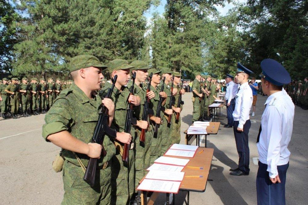 Солдаты присягают на верность служения Отечеству