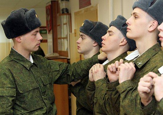 Утренняя проверка подворотничков сержантом