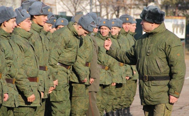 Офицер учит молодых солдат воинской дисциплине