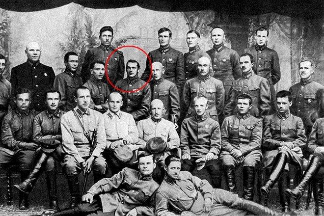 Рокоссовский с группой офицеров