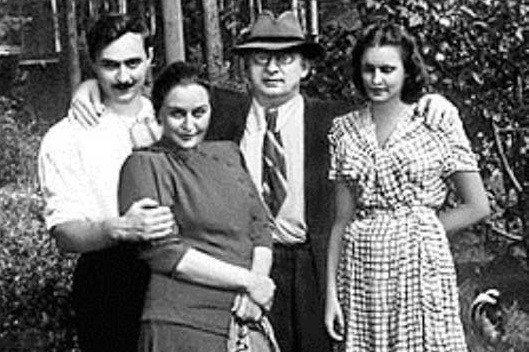 Берия в кругу семьи: с сыном Серго, супругой Нино и невесткой Марфой