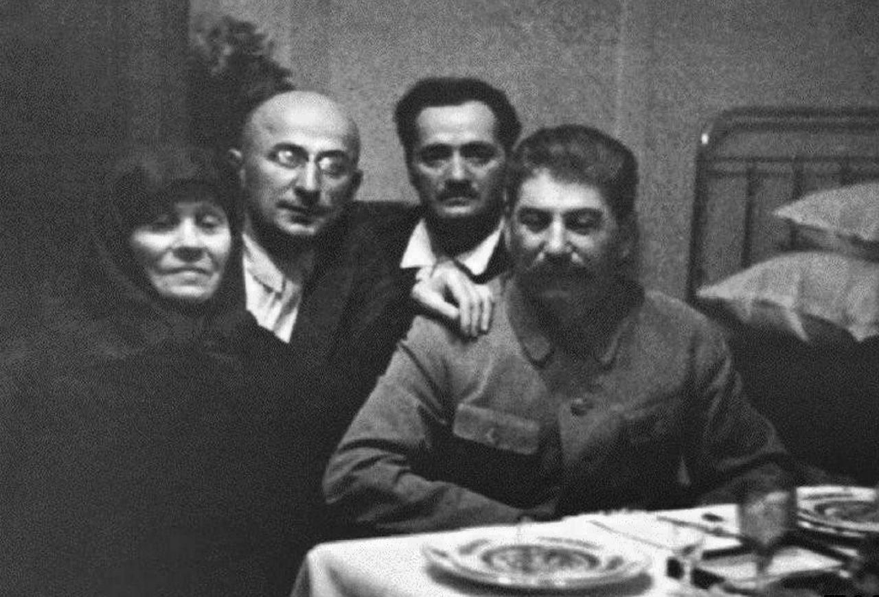 Сталин во время визита домой к матери