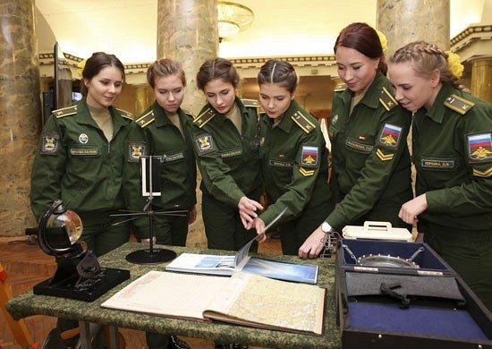 Девушки-курсанты на занятиях в ВКА