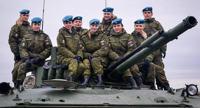 Девушки-курсанты на крыше боевой машины