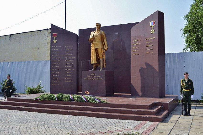 Памятник Маршалу Рокоссовскому у ДВОКУ