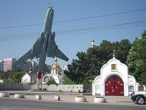 Постамент военного истребителя в Краснодаре