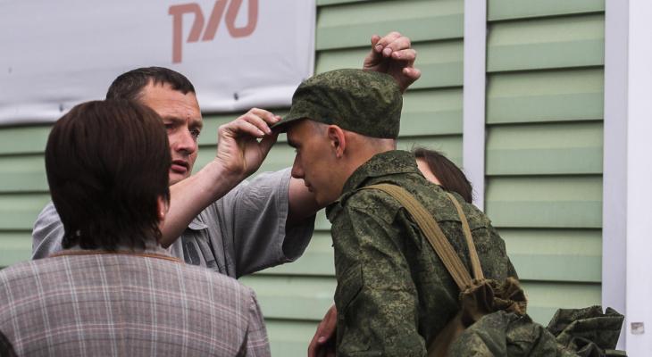 Родители провожают сына в армию