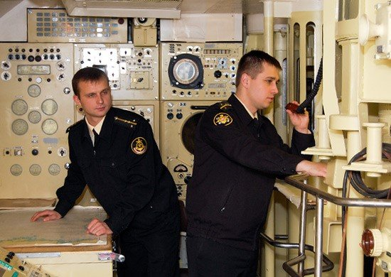 Курсанты ВУНЦ ВМФ ВМА в радиорубке