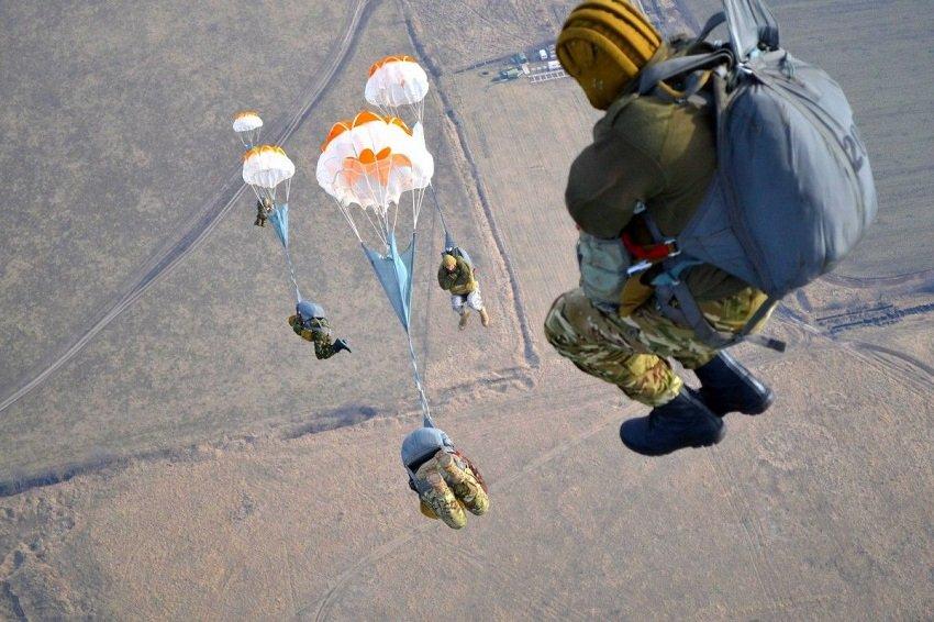 Прыжки с парашютом курсантами ВДВ