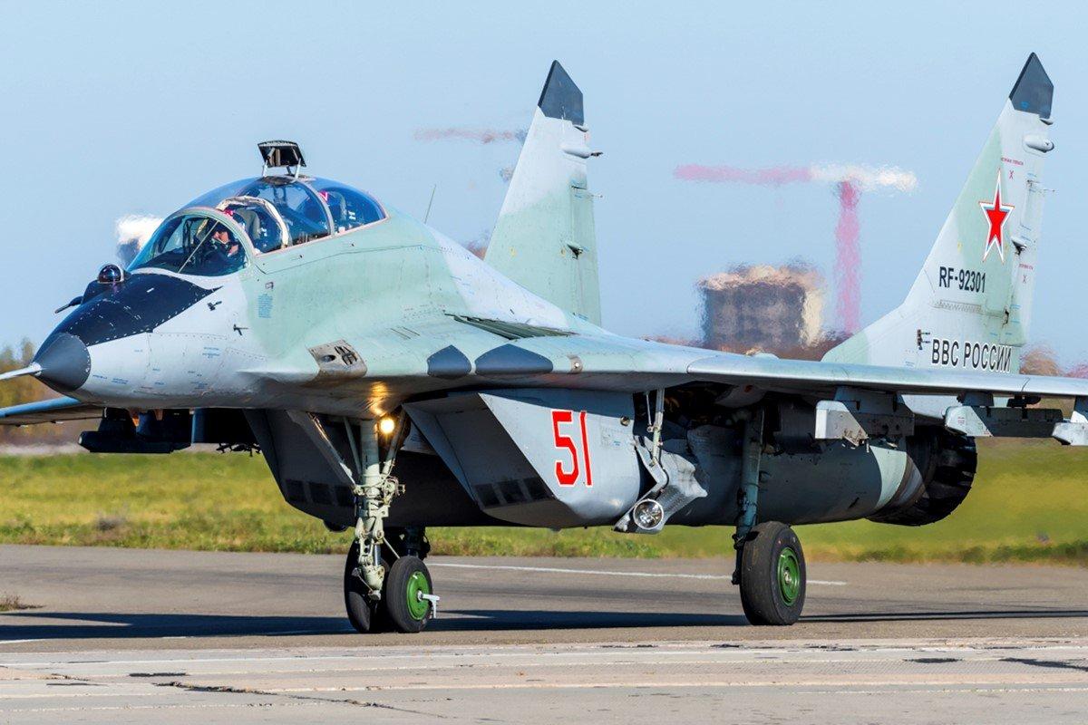 Российский истребитель на взлетном поле
