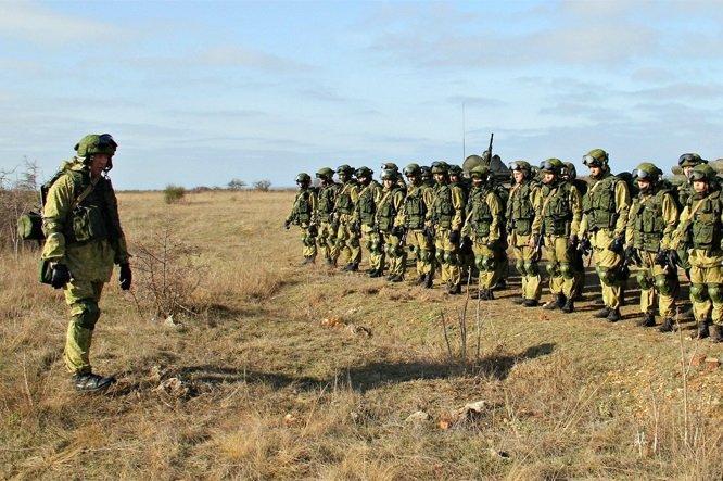 Командир взвода и группа солдат