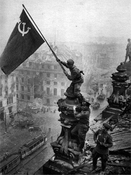 Советские воины поднимают знамя СССР над Рейсхтагом