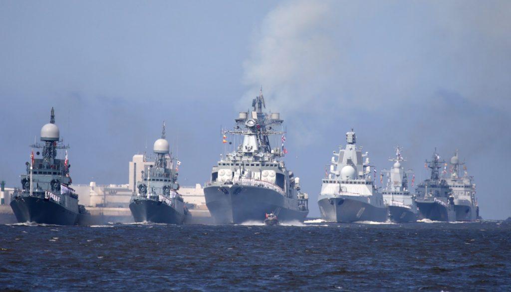 Прохождение боевых судов вдоль набережной