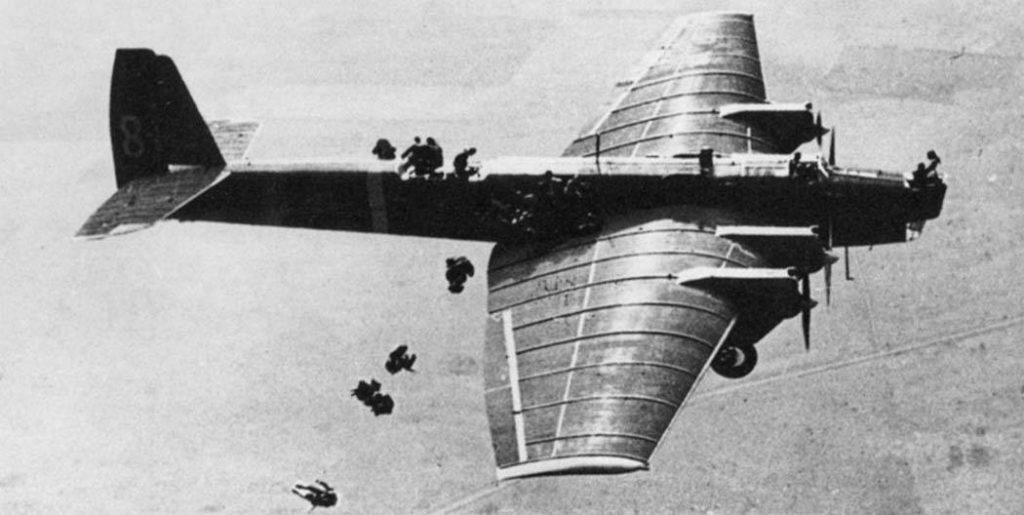 Десантирование военнослужащих их самолета