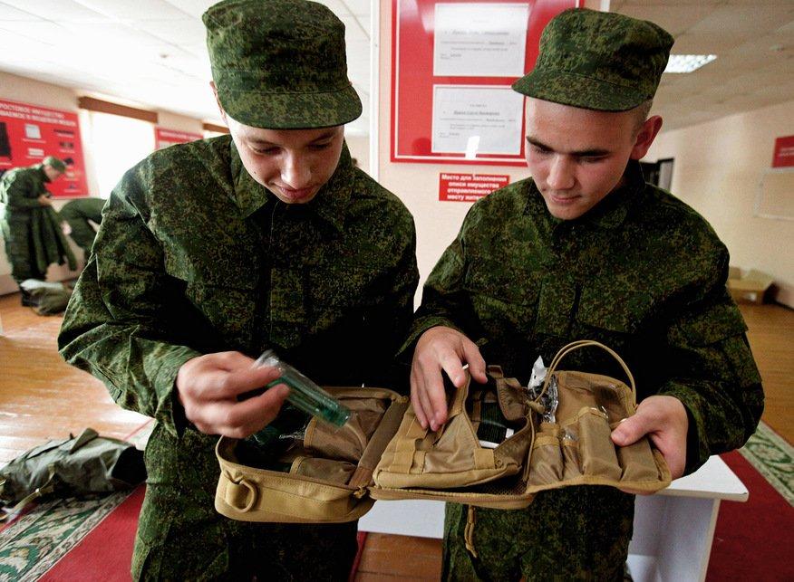 Военнослужащие рассматривают содержимое несессера