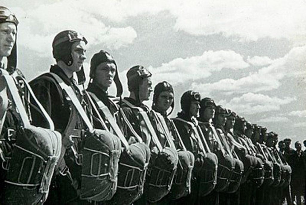 Десантники на аэродроме перед погрузкой, во время Второй мировой войны