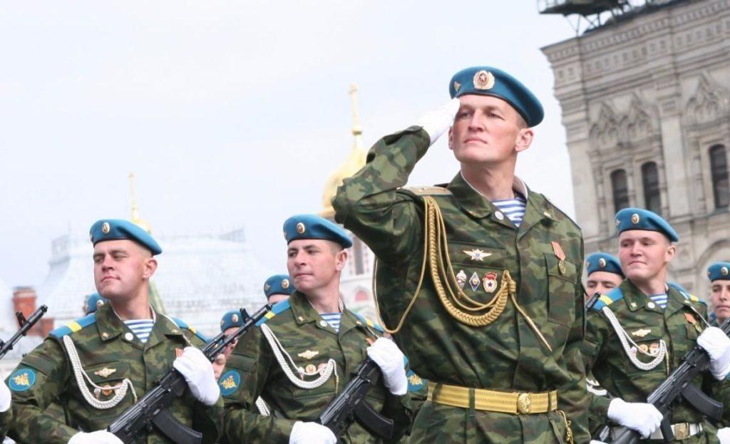 Воздушно-десантные войска во время прохождения торжественным маршем