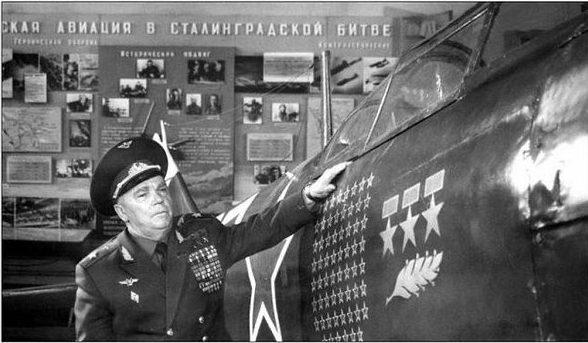 Иван Кожедуб возле боевого самолета