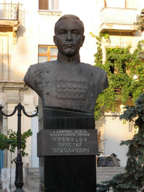 Памятник Адмиралу Кузнецову в Севастопале