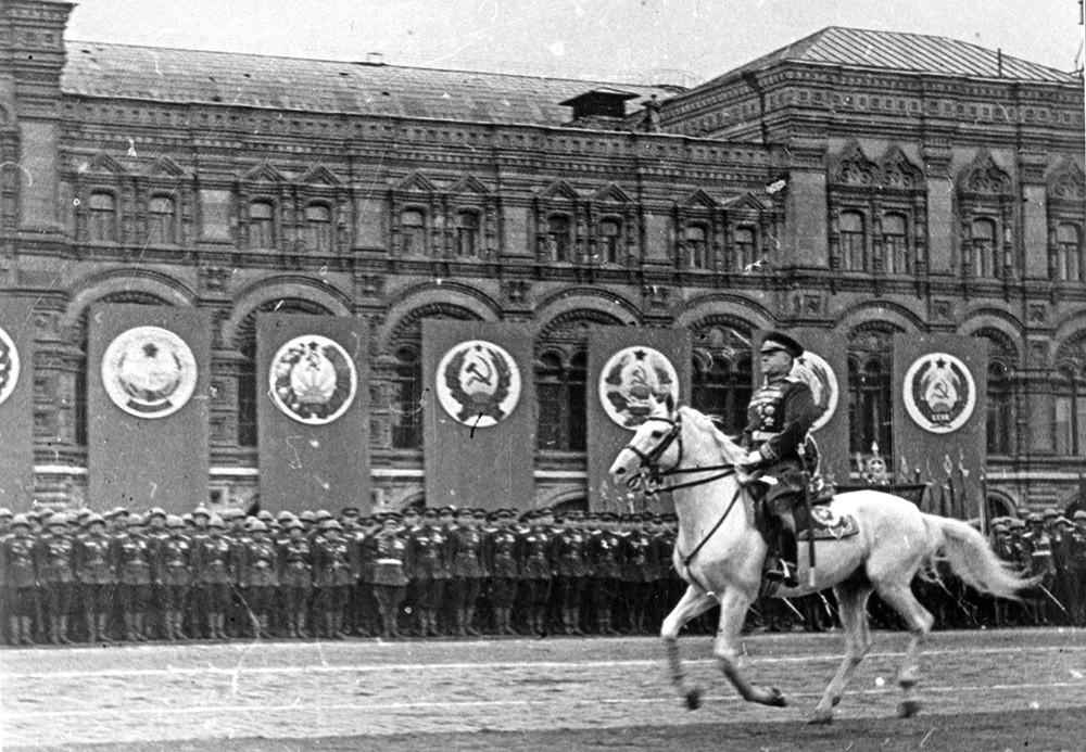 Жуков принимает парад 1945 года