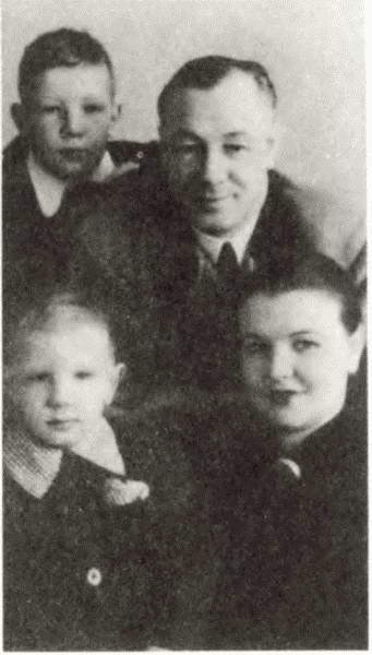 Николай и Вера Кузнецовы с детьми