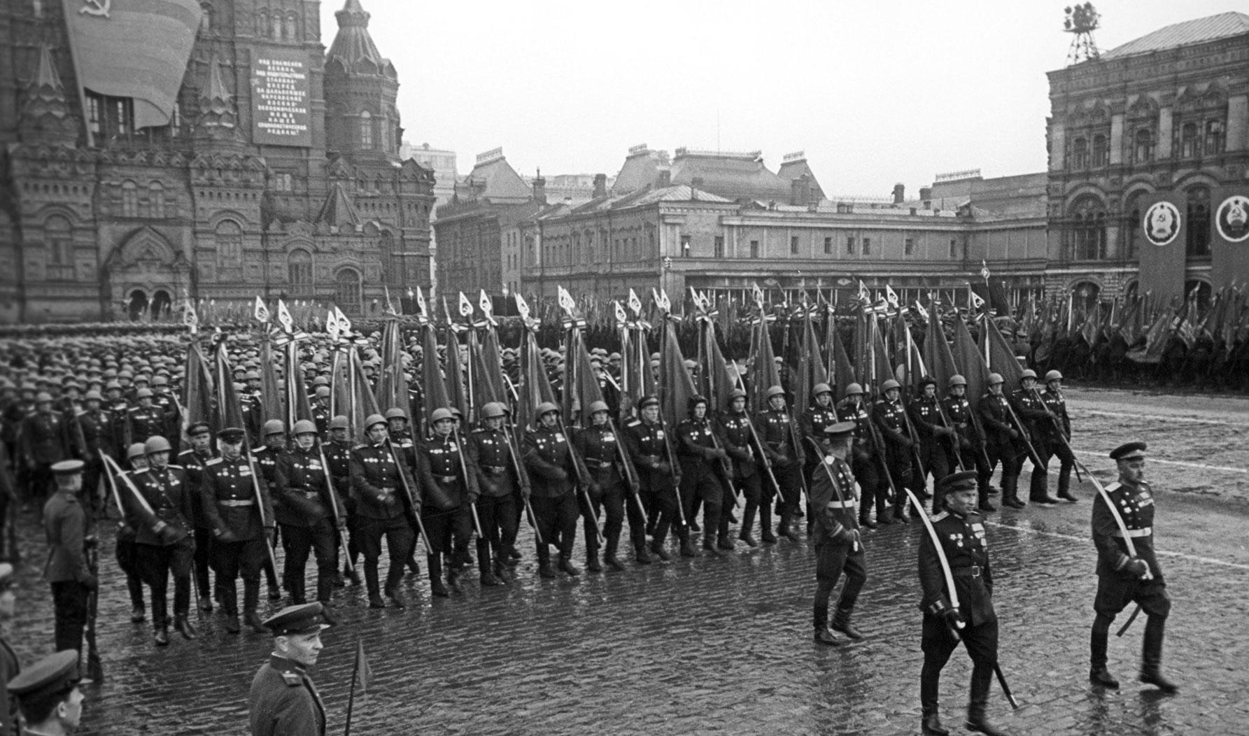 Герои Советского Союза на параде 1945 года